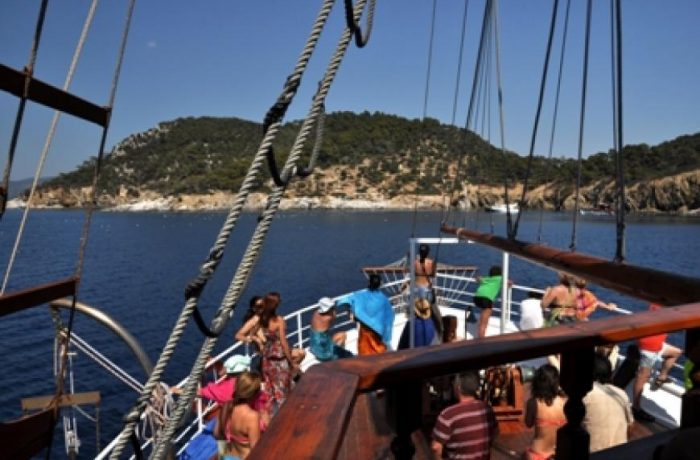 Boat cruises from Sarti